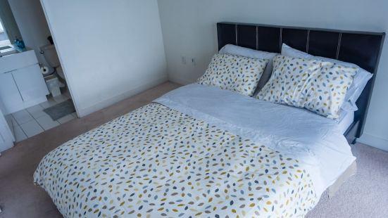Luxury Downtown Toronto Condo - 2 Bedroom Free Parking