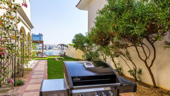 Palm Jumeirah Villa in Frond O by Deluxe Holiday Homes