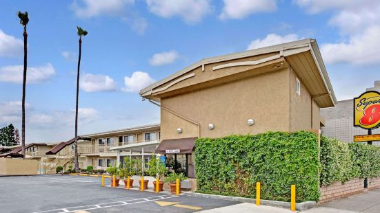 Super 8 by Wyndham Los Angeles-Culver City Area