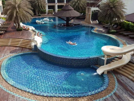 酒店分两部分餐厅和贵的房间在沙滩上沙滩边有个无边框泳池看海看夕阳
