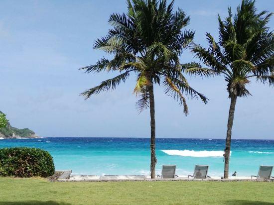 怎么说呢,这家酒店面前的海滩真是无敌,我们在沙滩度过了3天很美好的假期,我先说下它的劣势: 1、沙滩并不是私家的,根据酒店邮件来看,泰国所有沙滩都不私有,所以上午10点到下午4点间会人满为患。尤其下午3、4点间不建议呆在沙滩,那时候是一日游和酒店游客集中离岛的时间,码头上都是游艇,汽油味大的受不了。 2、酒店都是villa,不过进房间以后有点小失望,因为完全没有起居室,就是一间房再加浴室,浴室空间倒是很大,盆浴和淋浴是分开的,面积和房间差不多大。 2、我们是被分在靠近小泳池的那间villa,看到好多游记都