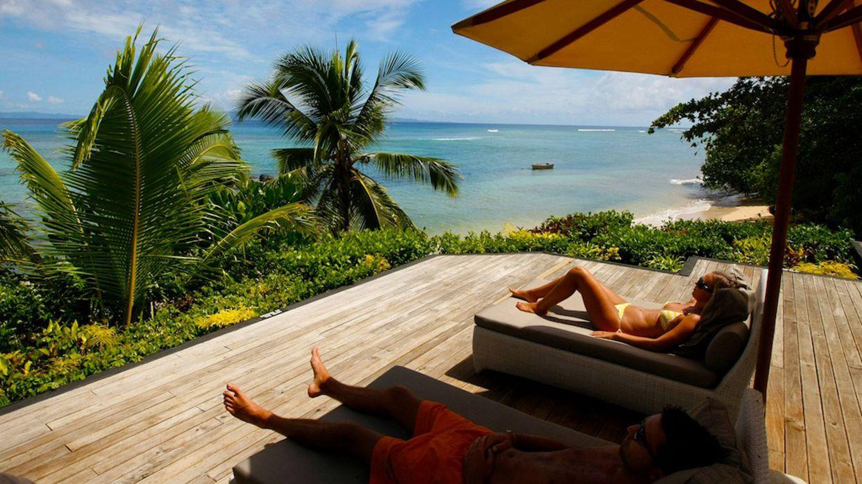 别墅的私人游泳池在海滩旁边,以便于您饱览海洋风景.
