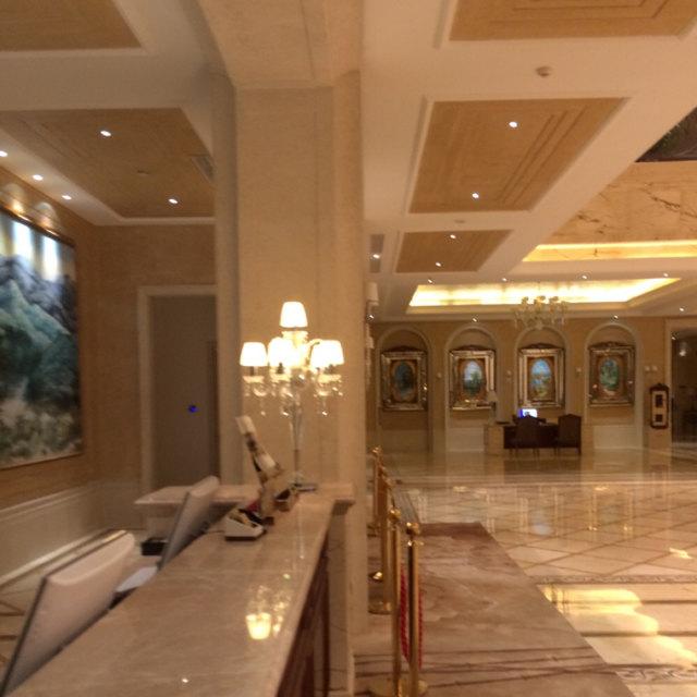 酒店回复:亲爱的宾客,您好。感谢您选择入住黑龙江太阳岛花园酒店。非常荣幸您对我们的认可,我们会不断完善服务,以尽善尽美的欧式风格服务,为您打造睿智奢华的入住体验。酒店坐落在哈尔滨市松北区太阳岛西区南侧,风景秀丽、气候怡人。紧邻闻名全国的冰雪大世界,冬天冰雪节期间让您切身感受到近距离观赏冰雕、雪雕的便利。夏季美景如画紧邻太阳岛风景区,让您置身大自然美景的同时更感受到我们花园酒店的贴心服务,距离中央大街仅11分钟车程,距离火车站、哈尔滨西站仅20分钟车程,距离哈尔滨太平国际机场40分钟,为了方便您的出行,酒店