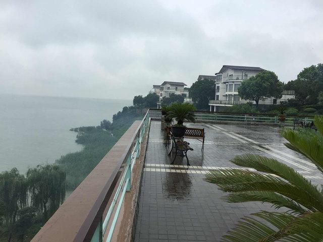 4.5分来自春天的小树 酒店位置不错,纵览太湖美景.