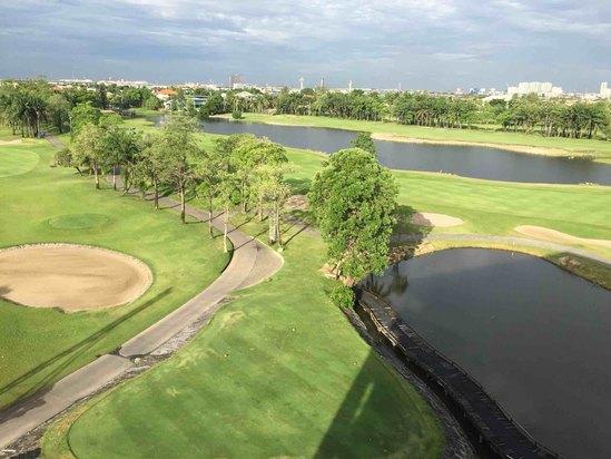2012年开业,2012年装修,共有70间房   山顶风车高尔夫酒店位于著名的素万那普机场区,地理位置便捷。酒店拥有高品质的服务以及完善的设施,可满足游客们的所有需求。   秉承顾客至上的服务理念,山顶风车高尔夫酒店的工作人员将为您提供最体贴入微的服务。客房装饰精美,部分还内设无线上网,无线上网(免费),按摩浴缸,禁烟房,空调等。   住客可享受酒店内的休闲设施,包括健身中心,桑拿,高尔夫球场(酒店内设),高尔夫球场(3公里范围内),室外游泳池等。山顶风车高尔夫酒店是在曼谷