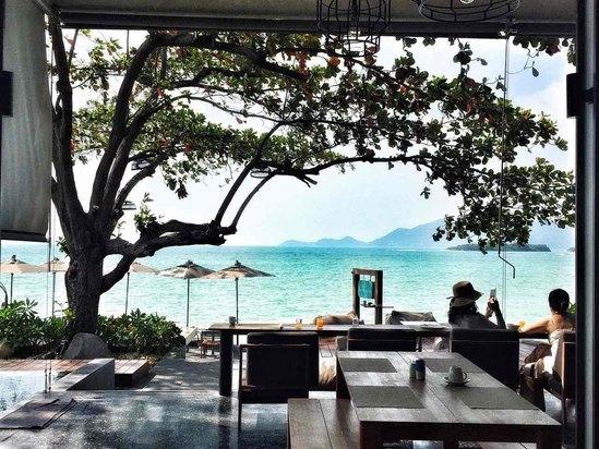 2015年开业,2016年装修,共有60间房 苏梅岛玛尔滨海度假酒店面对泰国湾著名的查汶海滩,酒店紧邻苏梅岛机场。提供室外游泳池、餐厅。客人可以在入住期间使用免费无线网络连接。 苏梅岛玛尔滨海度假酒店提供行李寄存处、汽车租赁服务以及洗衣服务。客人可以在郁郁葱葱的花园或日光露台自得其乐。 苏梅岛玛尔滨海度假酒店的每间客房和每栋别墅均设有空调、平面有线电视、休息区以及保险箱。部分客房配有户外家具和咖啡机。所有连接浴室均配有淋浴、吹风机以及免费洗浴用品。