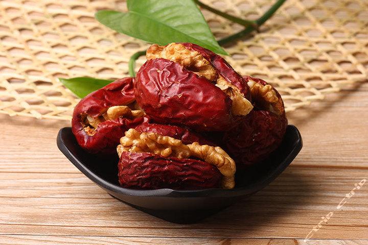 红枣夹核桃仁采用传统的手工制作,纯手工制作保留了实物的原味,是上等