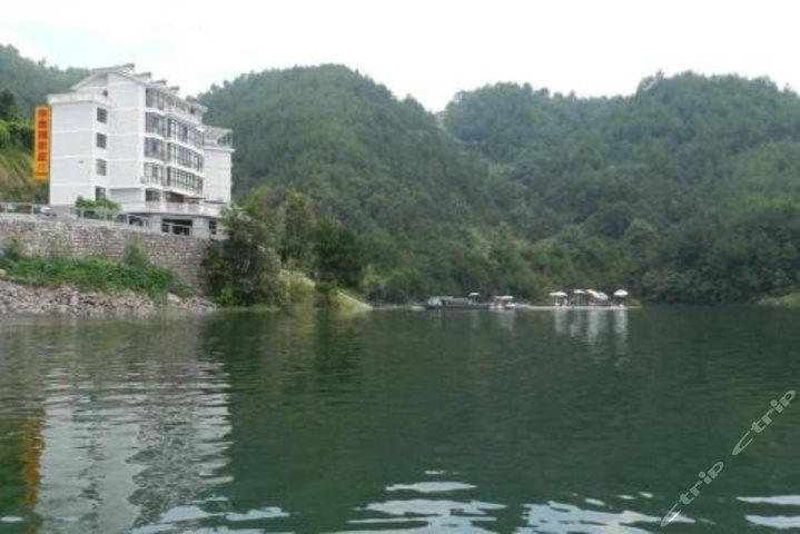 价值188元的杭州千岛湖水景湾农庄旅店山景标间入住1晚,免费wifi.