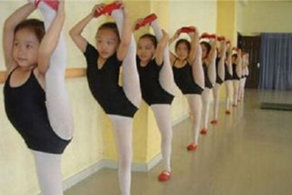房间宽敞优雅,专业舞蹈老师,细心指导每个动作,简单易学的教学方式,打