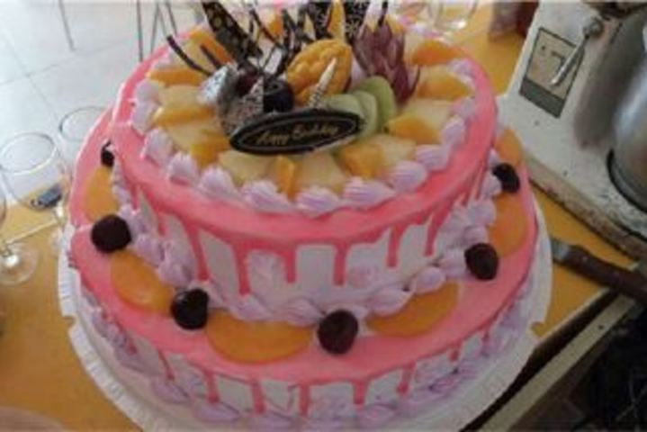 可爱两层的蛋糕图片