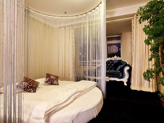 纯白欧式圆床卧室装修效果图