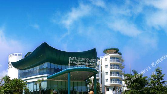 La Waterfront Hotel