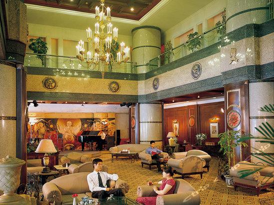 大连海景酒店由近1200平方米欧式中空环绕大堂、观光电梯和顶层豪华旋转西餐厅构成的纵向观光体系 精选西方上流社会所崇极品和极具皇室气派的设备设施,是一家具有欧式风格的酒店 顶层旋转西餐厅,可鸟瞰滨城繁华市景及壮观海景 海景豪华套(双床)(双人自助晚餐)[含早] 海景豪华套(大床)(双人自助晚餐)[含早] 这两个房型含双人自助晚餐呦!