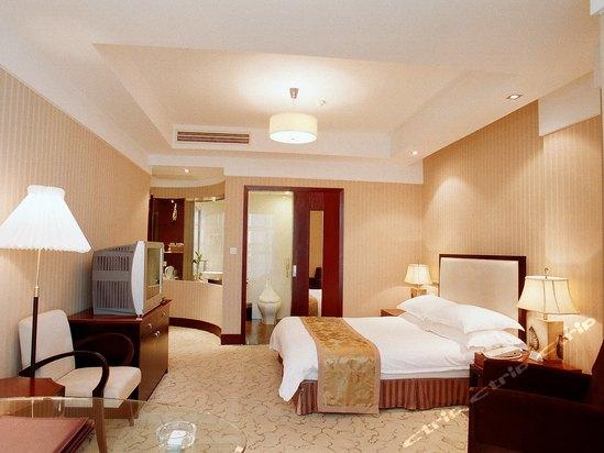 半岛国际酒店大堂吧环境幽雅,其宁静之气是三五知已小聚以及商务洽谈