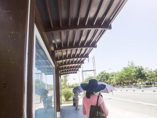 火车站 三亚火车站 距离酒店6.9公里 出租车:约15分钟,约15元.