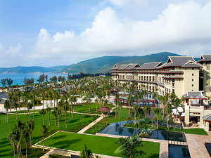 入住亚龙湾超五星亲子度假酒店―金茂三亚亚龙湾丽思卡尔顿酒店1晚,享亚龙湾私人海滩、亲子乐园、4个户外泳池!