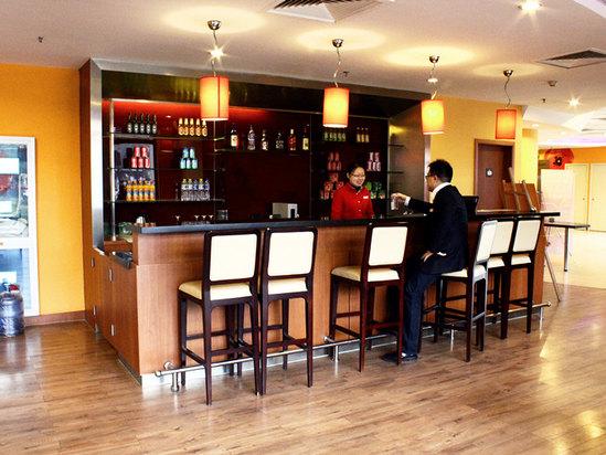 温馨的欧式酒吧,咖啡厅,全天候24小时服务的西餐厅以及免费的高速互联