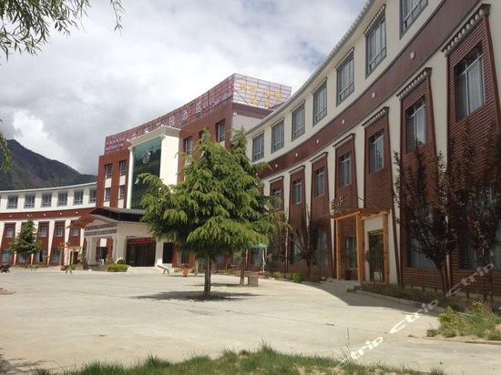 林芝中海酒店别墅花园寺庙图片
