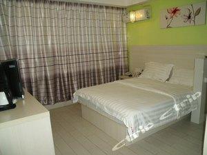 標準大床房(廊窗)