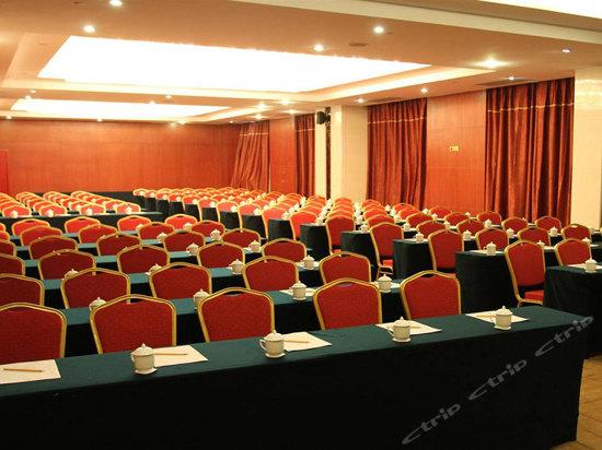 130人课桌式会议室图片