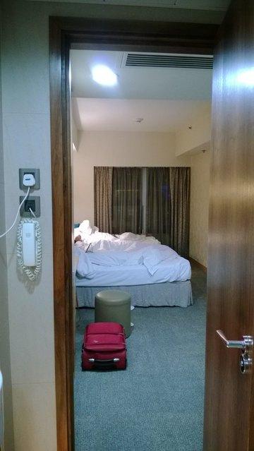 从窗台望去对面建筑物(属朗豪酒店吧)较低矮,灯光夜景很美.图片