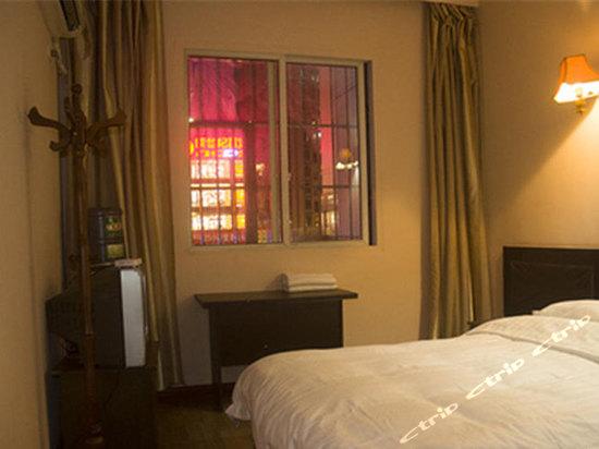 开业时间:2008年01月 龙游金峰国贸大酒店是一家集住宿、餐饮、商务、旅游、娱乐于一体的绿色饭店,位于龙游城区中心的太平西路上,距千古之谜的龙游石窟仅2.6公里,交通便利。   龙游金峰国贸大酒店总建筑面积达一万多平方米,拥有大中小型会议室、同时可容纳500人就餐的大型餐厅及包厢、以及设备完善的客房和豪华套房。优雅的环境、优质的服务、智能化的配套设施,必将给您带来焕然一新的感觉。酒店以这里的世界如在家中为经营宗旨,谒诚为您提供一流的服务,并热忱欢迎您的光临!