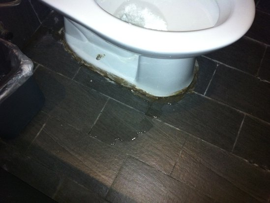 漏水有异味的马桶
