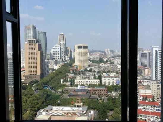 第一次到南京就喜欢上了这座城市,除了比较拥堵的交通外,其他的一切都符合我对闲暇生活的所有向往。第一次入住这家酒店是朋友推荐的,入住的时候有幸拿到了一间正对玄武湖的房间,特别喜欢房间的飘窗,夏季的南京多雨,下雨的时候坐在飘窗上眺望着不远处的玄武湖,真的是件蛮惬意的事。所以这次过去也是毫不犹豫地选择了这家酒店,还特意致电携程帮忙备注要望湖的房间。一如一年前的样子,正门口还是有点萧索,因为预订的时候比较匆忙,误选了双床间,说明原因后前台很快帮忙做了更换,还帮我升级到了行政房,非常感谢。房间里的床旗有些污渍