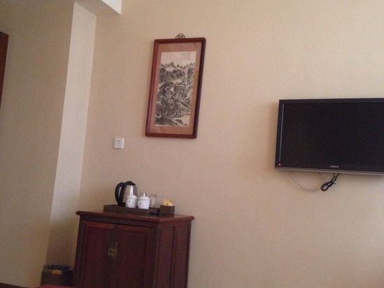 酒店周边热闹,逛街方便,房间设计古色古香的,还不错.