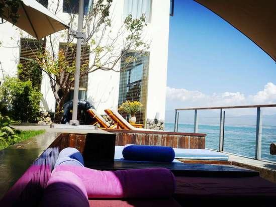 坐在阳台上喝茶