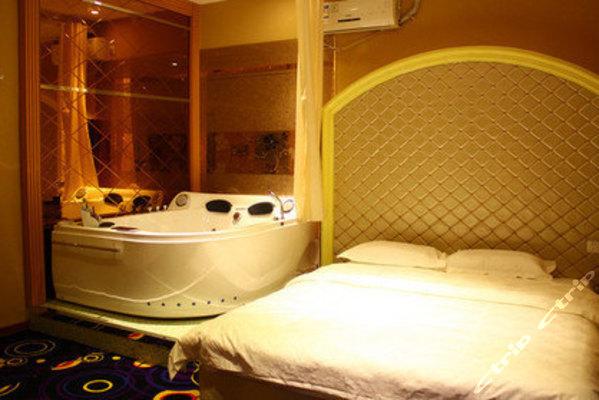 葫芦岛夜时尚主题宾馆(温泉方形浴缸大床房)