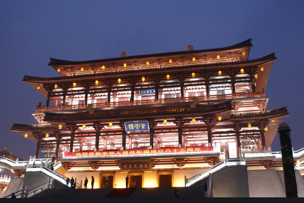 屋檐翘很高,房梁有很细致的花纹图案的那种木质建筑,对这里的纯色粗大