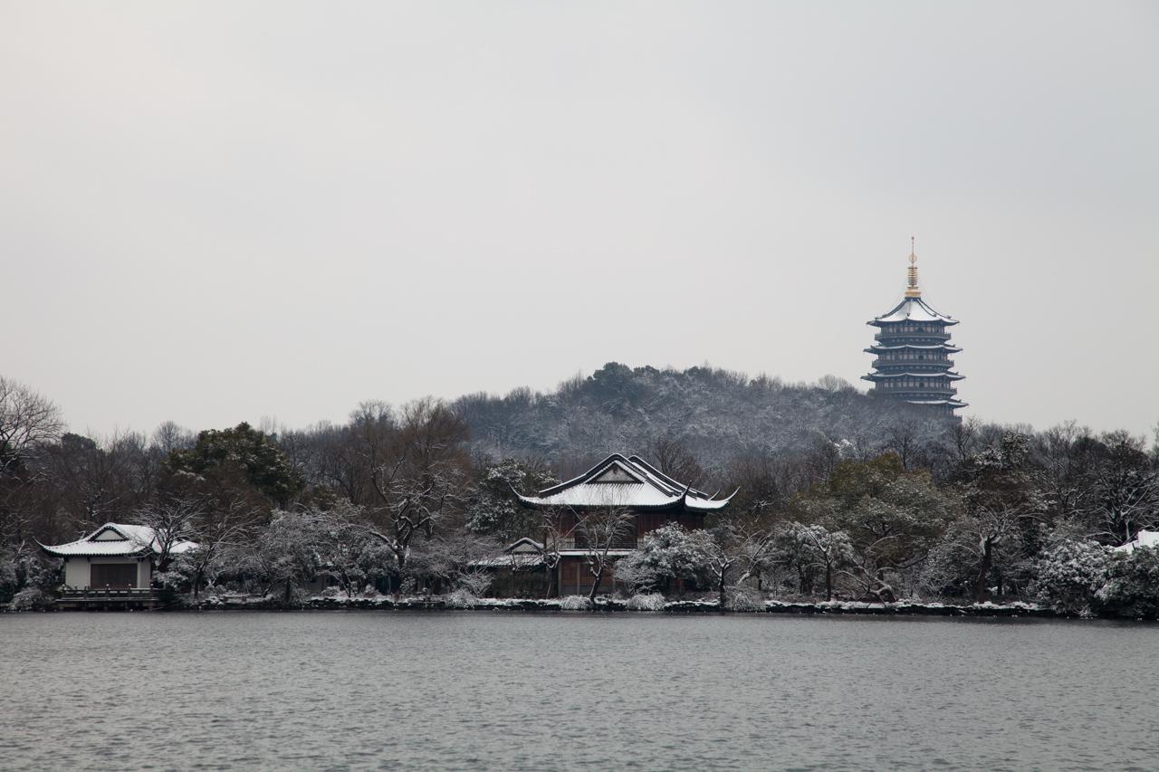 相比其他季节,更喜欢江南的雪天。总是觉得,唯有冬天雪后的江南才能找回以前的古韵。于是心里一直惦记着,惦记着,只是南方下雪是越来越少了,并且多半还没落到地上就化了,只留下脏兮兮的水渍。 这次在杭州很幸运的了了心愿。虽然只是短短的一天的,并且天寒地冻,风雪交加,也很值得。