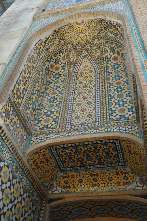 这座宫殿就有不少欧式风格:比如一般的波斯瓷砖或马赛克装饰的花纹以