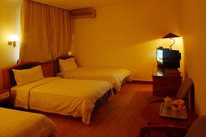 酒店北邻市政府广场,东距火车站,飞机场,酒店设计颇具汉唐风格,敦煌