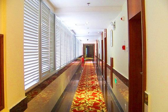 免费宽带 酒店位于市中心区域,硬件配套齐全,附近有银行 移动 饭