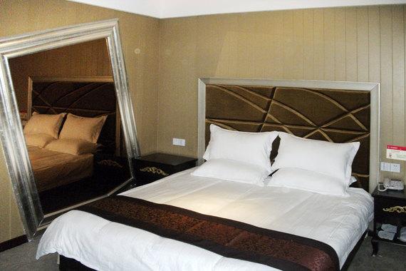 酒店位于鄞州区启明路,近鄞县大道,附近有雅戈尔动物园,东钱湖和天宫