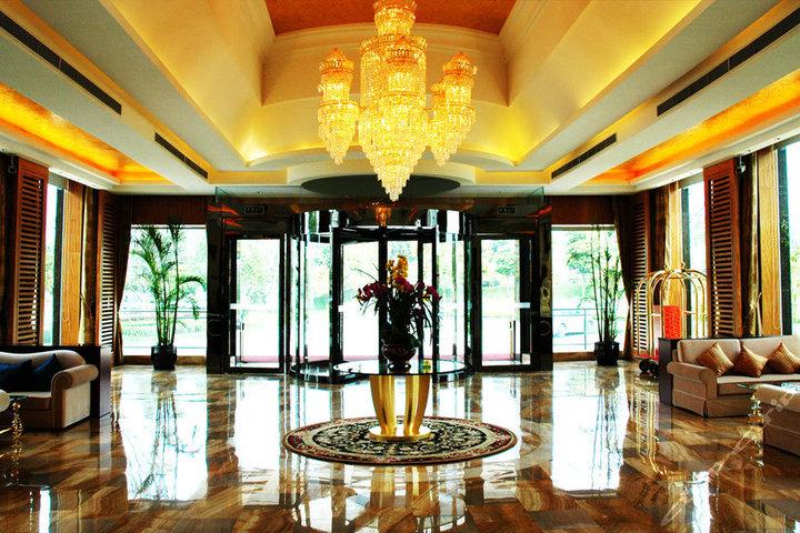 走进气派的酒店大堂,欧式吊灯