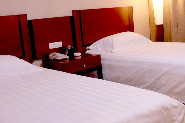 尊享南昌银龙大酒店标准间1晚 酒店位于风景秀丽的南昌市洪都南大