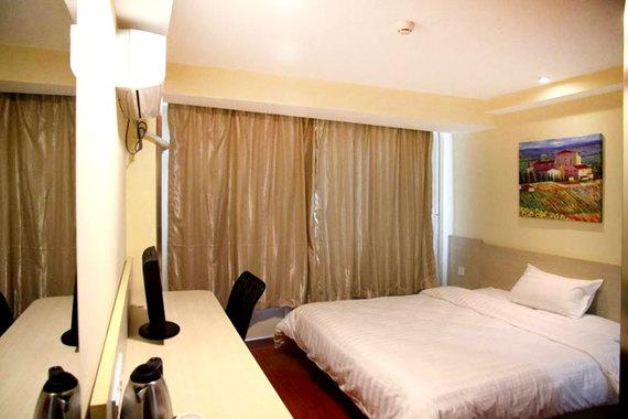 尊享汉庭酒店 丹东火车站店 高级大床房1晚 酒店位于丹东市振兴区锦