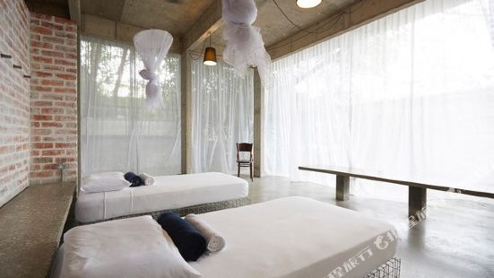 Belakang Kong Heng by Dreamscape