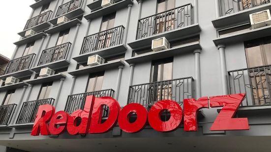 RedDoorz Plus @ Jardin Suites Guadalupe Nuevo