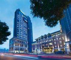 上海外滩浦华大酒店 豪华家庭房 2晚 + 次日两大一小自助早餐 1份 + 担仔面海鲜楼中餐厅亲子套餐壹份(午/晚) 1份 + 亲子DIY饼干课程 1份 + 儿童免费加床 1份