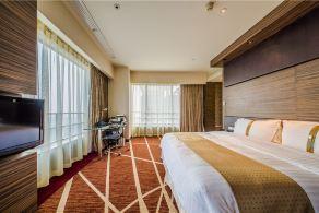 上海虹桥西郊假日酒店 假日高级套房 2晚 + 双人午市商务套餐或双人晚市商务套餐 1份