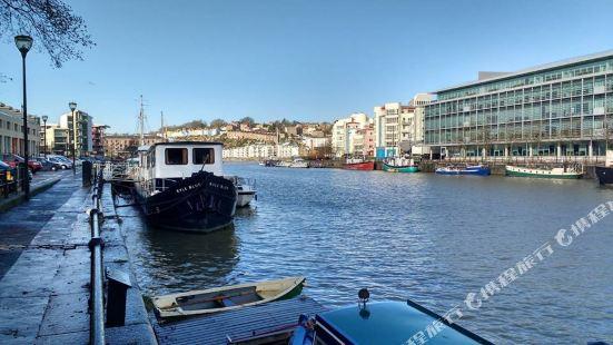 Kyle Blue - Bristol Harbour Luxury Hostel Boat