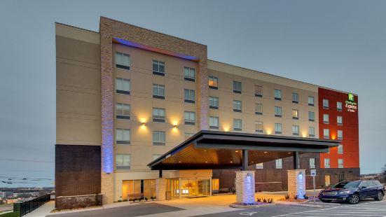 Holiday Inn Express & Suites Nashville Metrocenter Downtown