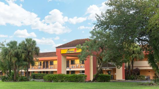 Super 8 by Wyndham Naples