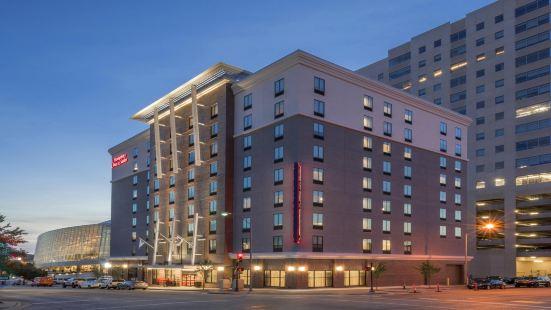 塔爾薩市中心歡朋套房酒店
