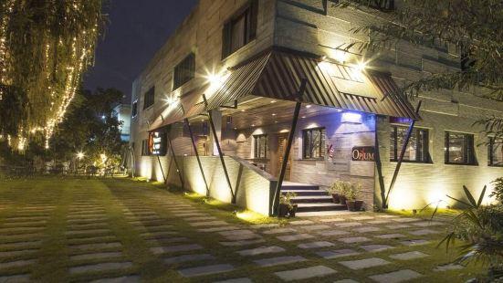 Royaute Luxury Suites & Hotel