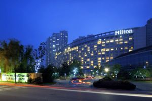 【含双早首晚自助晚�x】南京世茂滨江酒店希尔顿客房